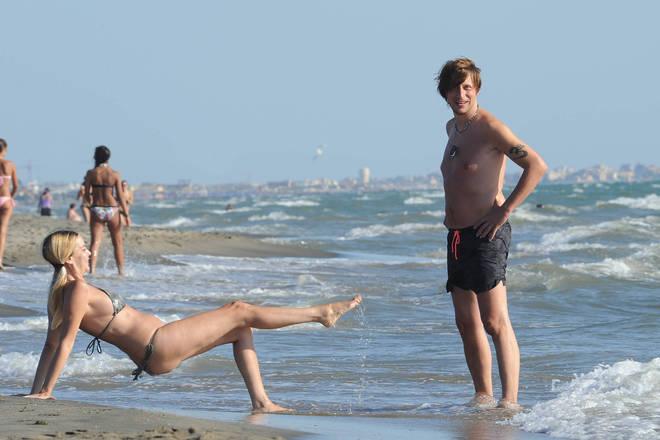 Stefania Orlando, fisico al top a 48 anni col mini bikini in spiaggia a Fregene