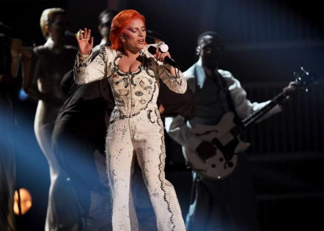 Lady Gaga, intenso tributo a David Bowie alla serata dei Grammy