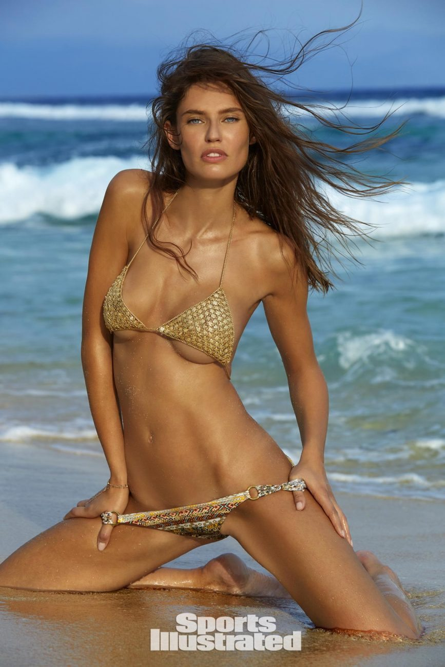 Bianca Balti posa in bikini e manda in delirio i fan: la mano sposta gli slip